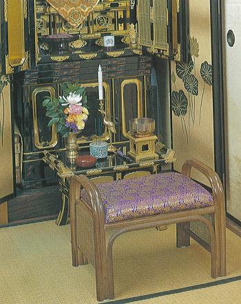仏前金らん座椅子(藤製)の使用イメージ